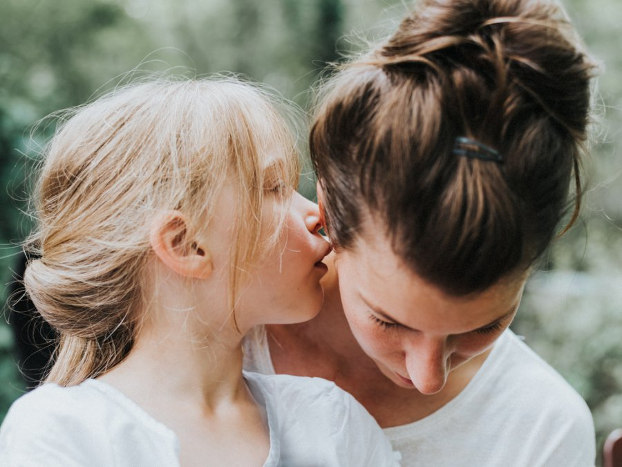 Familienfoto in Berlin Lichterfelde - Tochter flüstert Mutter etwas ins Ohr