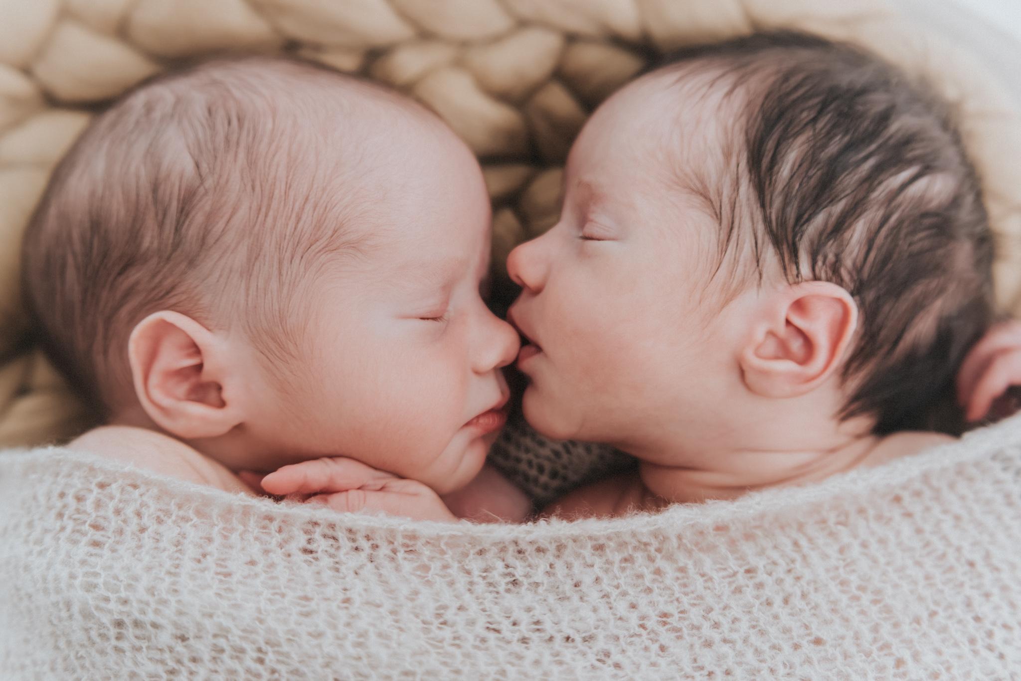 Babyfotos bzw. Beugeborenenfotos von Zwillingen
