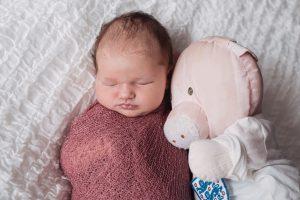 Making of eines Newbornshooting mit Kuscheltier der Mama